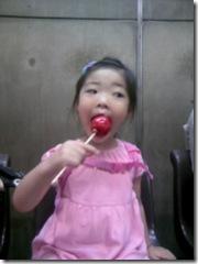 りんごあめを食べている・・・。