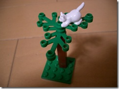 木に登った猫