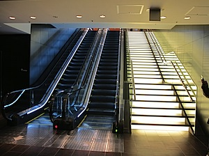 レセプションへと続く光る階段