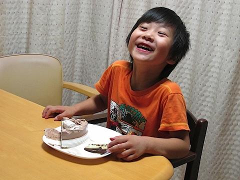 アイスクリームケーキを食べて大満足