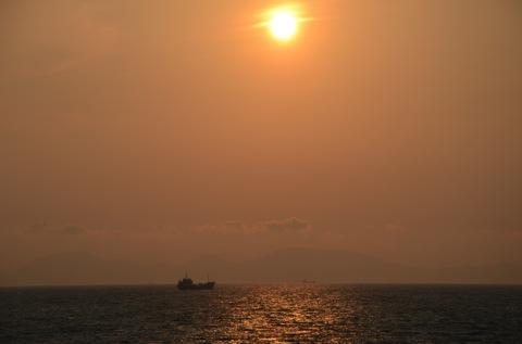 漁船と夕陽