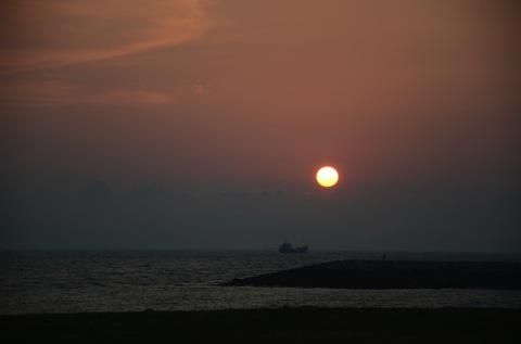 漁船と夕陽 その2