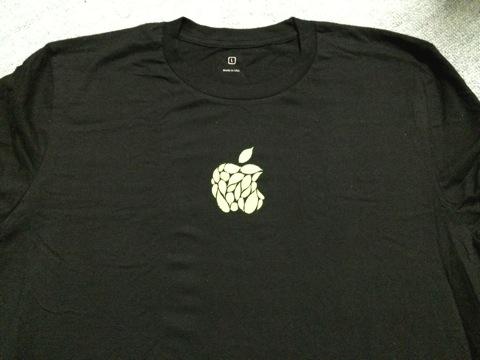 アップルロゴの入ったTシャツ
