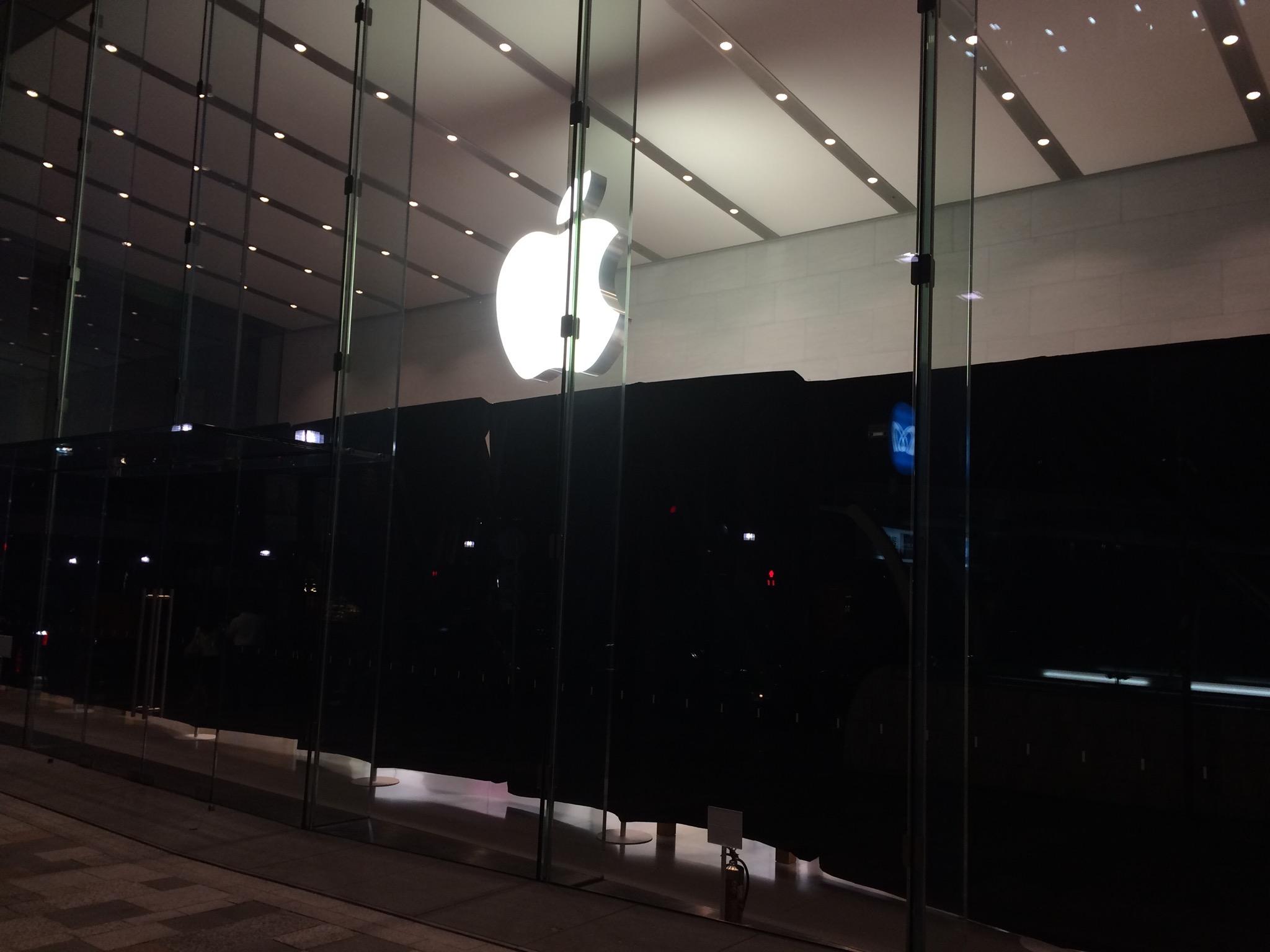 暗幕がかけられたApple Store