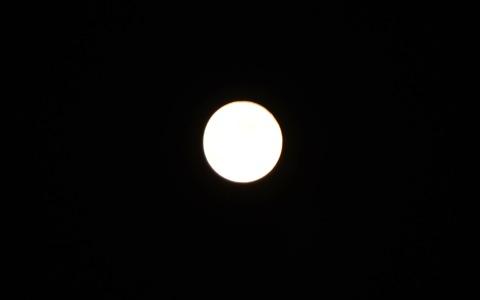 フラッシュを使わずに月を撮影